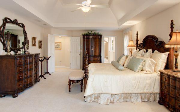 светлый дизайн спальни в классическом стиле