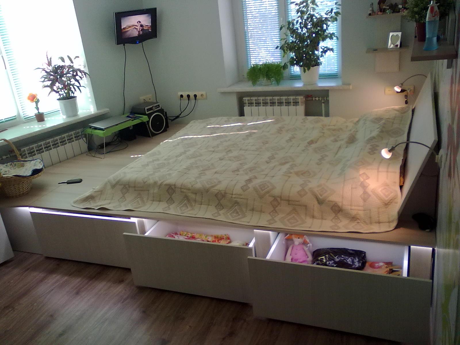 Кровать-подиум, как способ зонирования спальни