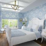 большая кровать в интерьере спальни
