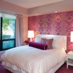 маленькая спальня с цветными обоями