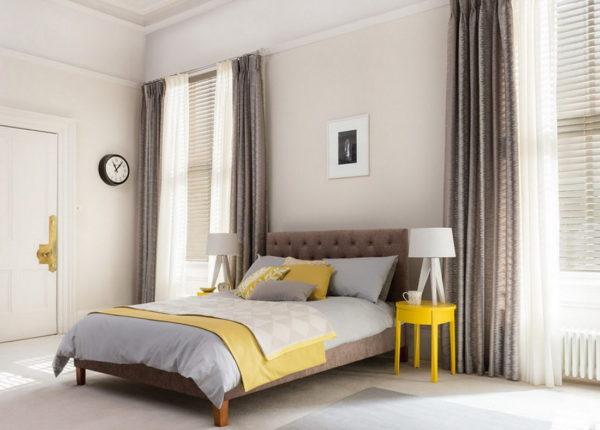 модные шторы в дизайне светлой спальни