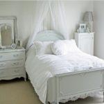 небольшая комната в белых оттенках