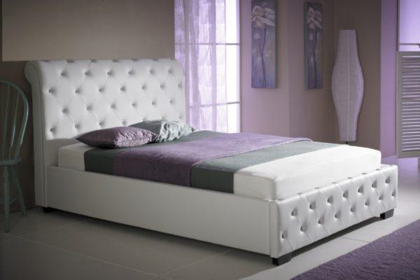 необычная светлая кровать в интерьере спальне