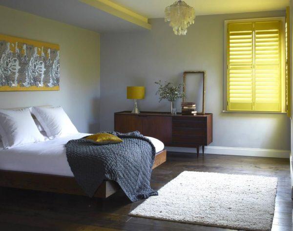 необычная светлая кровать в интерьере спальни