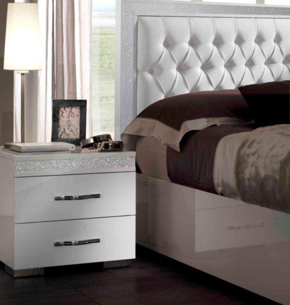 красивая прикроватная тумба в интерьере спальни