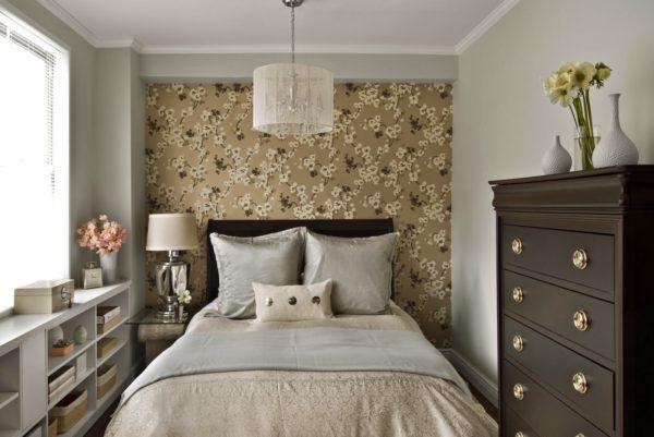 небольшая спальня в бежево-коричневой гамме