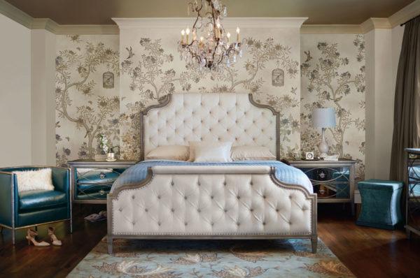 кровать в светлой спальне