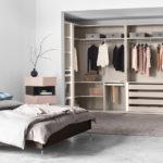 просторная гардеробная в спальной комнате