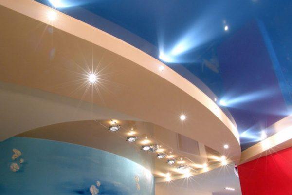 разноуровненный натяжной потолок с встроенной подсветкой