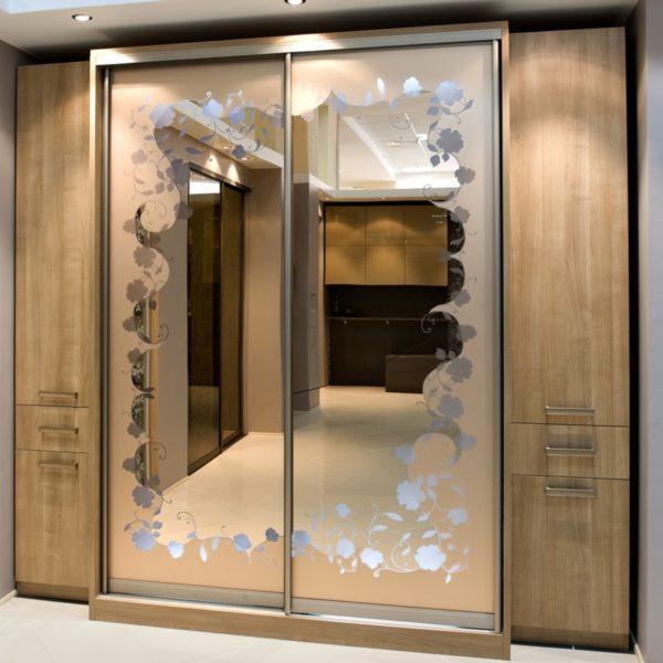 шкаф купе с орнаментом на дверях