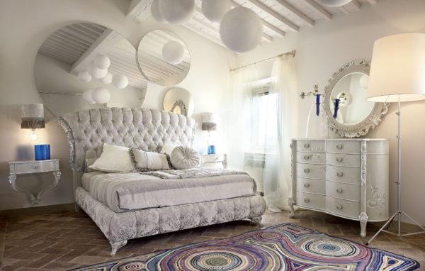 современная классическая спальня в светлых тонах