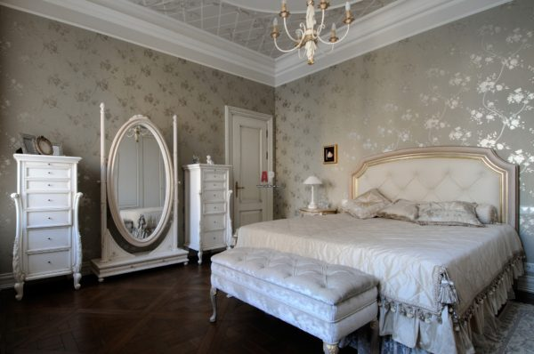светлый интерьер спальни в классическом стиле