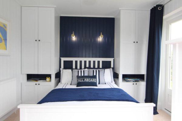 маленькая спальня в бело-синем цвете