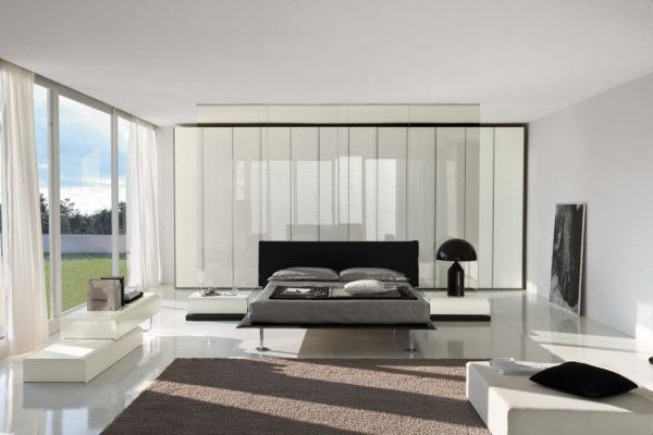 спальня хай-тек в загородном доме с большим окном