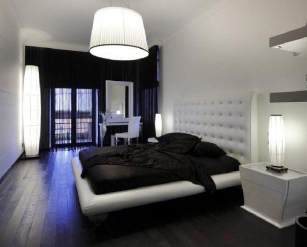 спальня в бело-черных тонах с фиолетовой подсветкой
