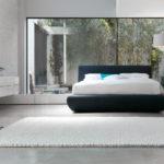 спальня в стиле хай-тек с зеркальным элементом