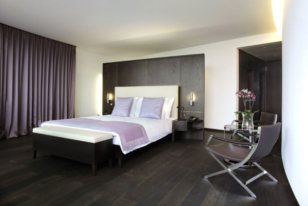 спальня в стиле хай-тек со шторами