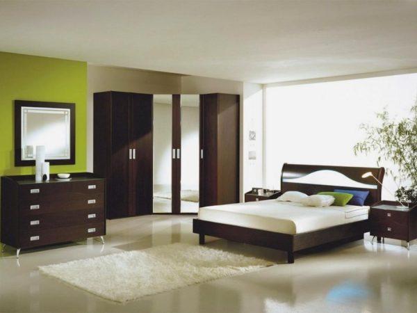 черная кровать в спальне