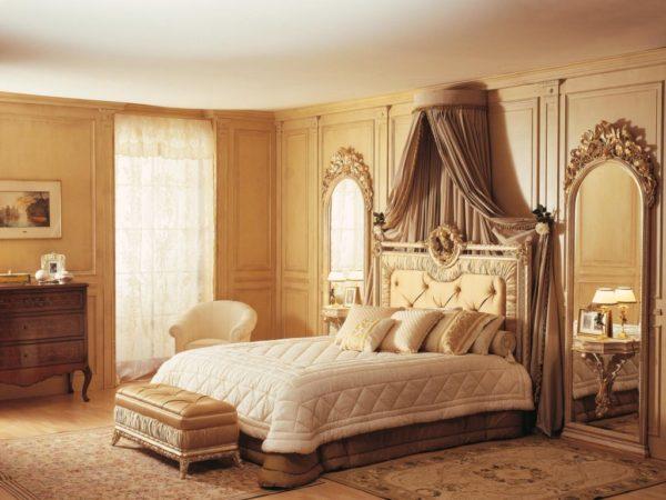 спальня в классическом стиле и светлых тонах