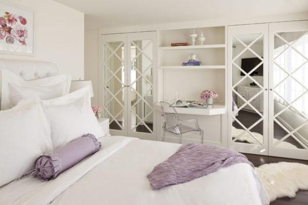 угловая гардеробная в спальне с зеркалом