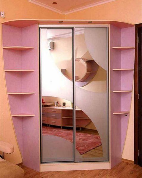 угловой шкаф-купе с дизайном в розовых тонах