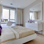 яркие декоративные вещи в спальне