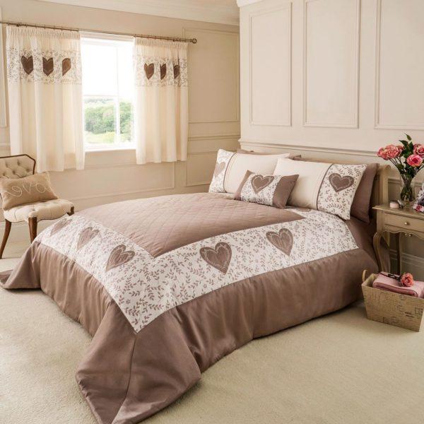 покрывало на кровать в интерьере спальни