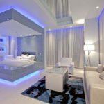 современная светлая спальня и гостиная