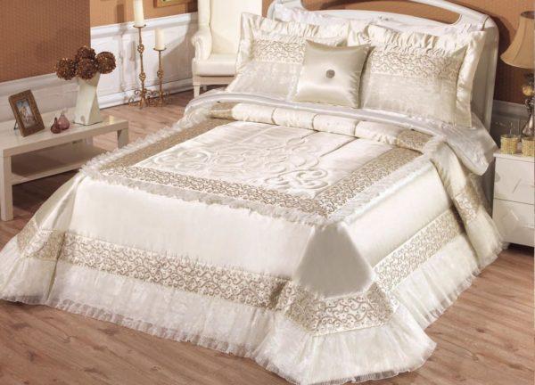 красивое покрывало на кровать в интерьере спальни