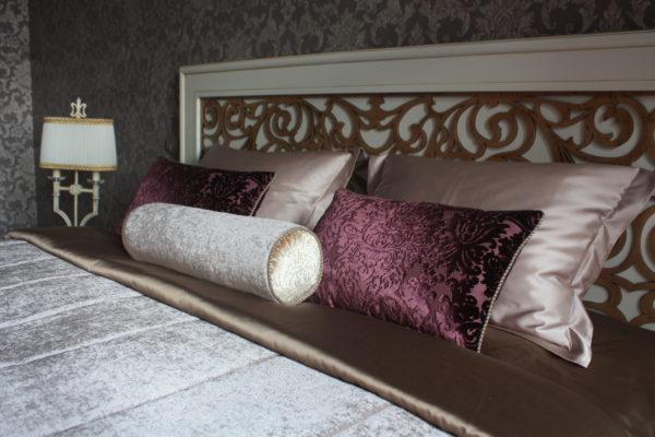 современное покрывало на кровать в интерьере спальни