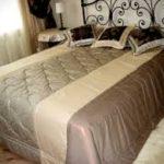 оригинальное покрывало на кровать в интерьере спальни