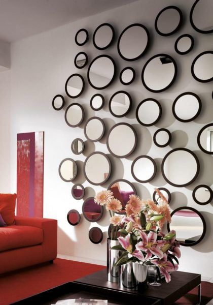 фото множества небольших зеркал на стене