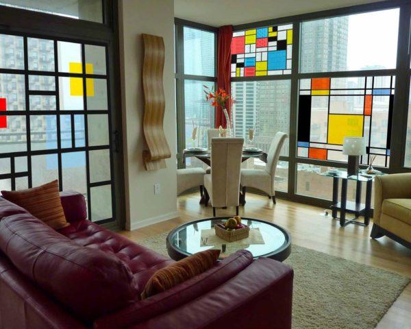 витражные окна с геометрическим рисунком