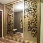 шкаф-купе с золотым орнаментом