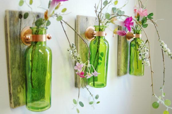 цветы в бутылках на стене