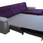 диван-кровать с фиолетовыми подушками