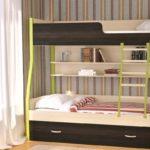 двухэтажная детская кровать с книжной полкой