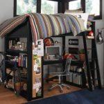 спальня-чердак с рабочим столом и полками