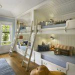 пара двухэтажных детских кроватей