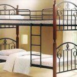 простая металлическая кровать