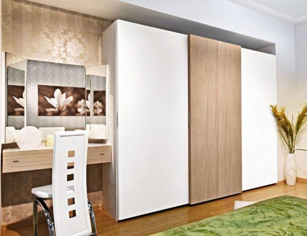 шкаф-купе с деревянными дверцами
