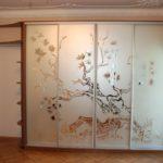 шкаф-купе с рисунком дерева на зеркале