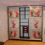 шкаф-купе с розовыми цветами