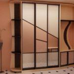 шкаф-купе с геометрическим орнаментом из древесины