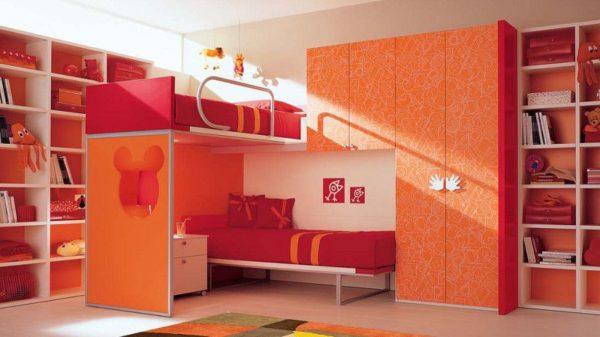яркая детская кровать-трансформер