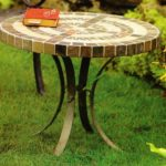 круглый узорчатый стол