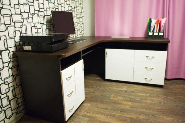 компьютерный стол со шкафчиками