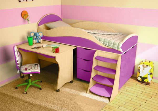 кровать-чердак с выдвигающимся столиком