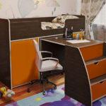 детская кровать-чердак с выдвижным столом