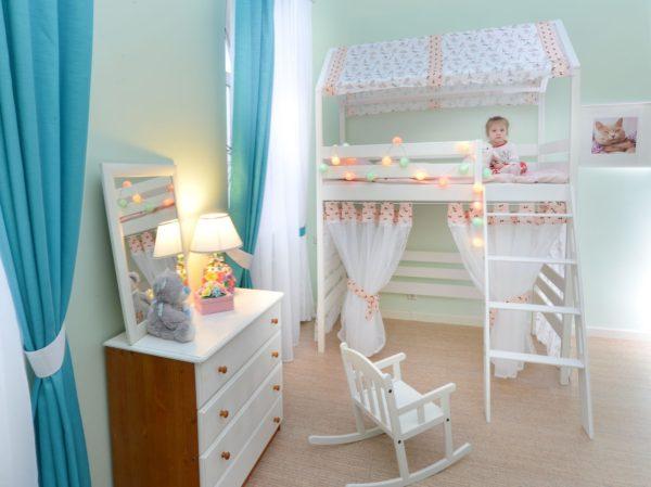 кровать-чердак со шторками